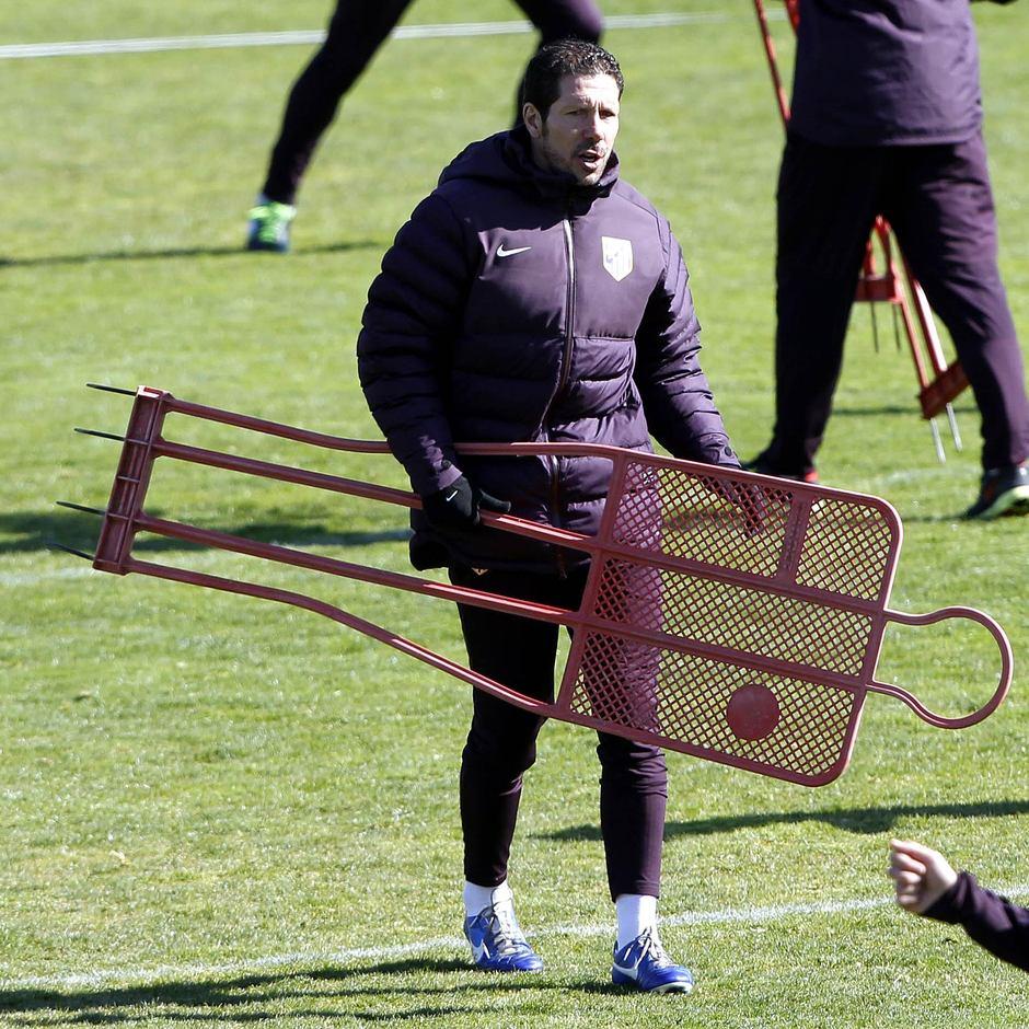 Liga 2012-13. Simeone porta un muñeco en el entrenamiento previo al partido ante el Espanyol