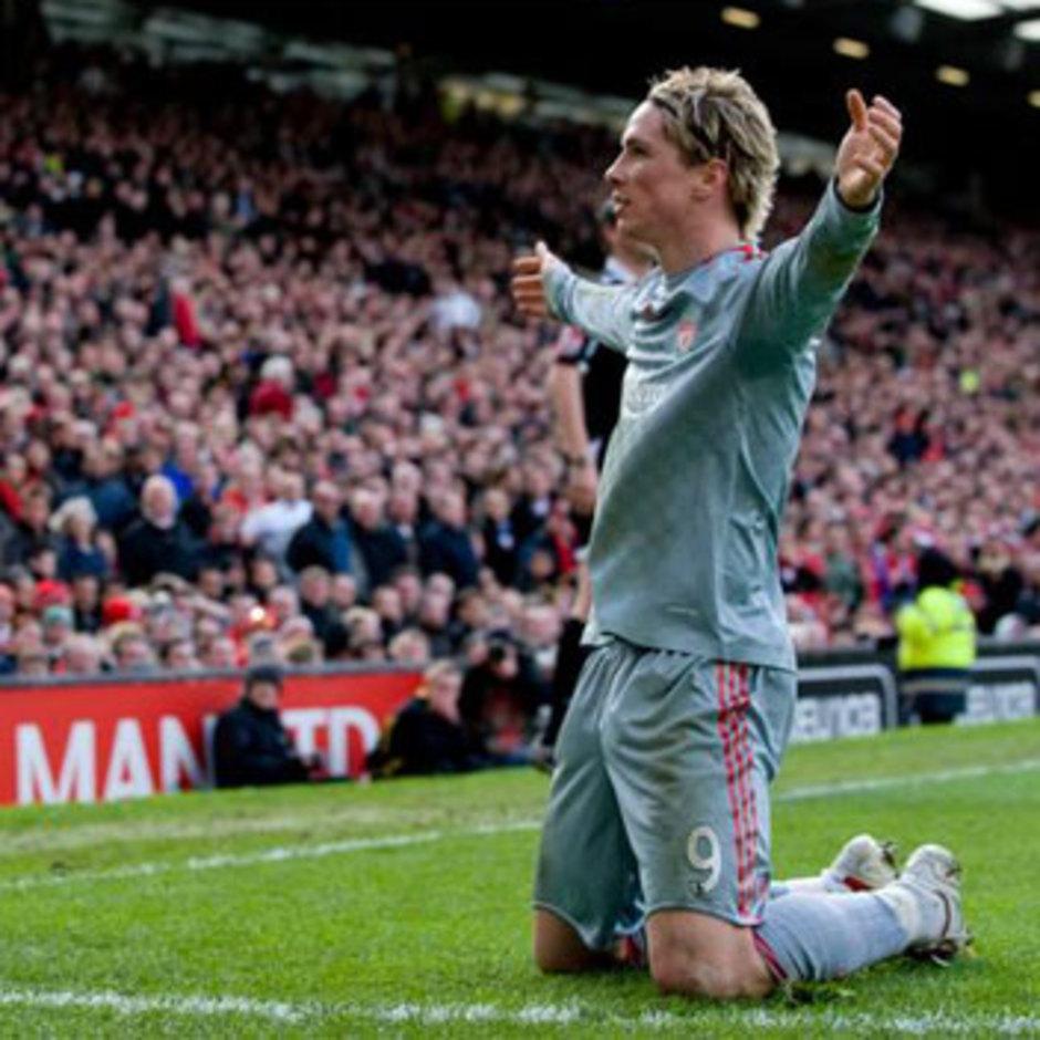 Fernando Torres celebra un gol con el Liverpool ante el United