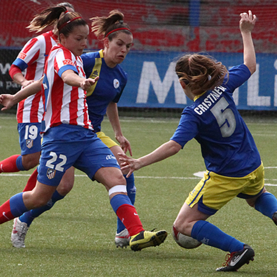Temporada 2012-2013. Claudia intentando zafarse de varias futbolistas