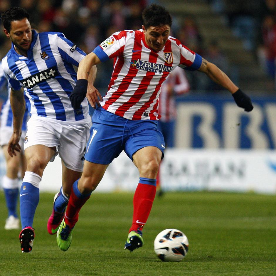 Temporada 12/13. Partido Atlético de Madrid Real Sociedad. Cebolla Rodríguez se va de un adversario durante el partido