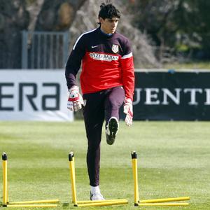 Temporada 12/13. Entrenamiento, Bounou  realizando ejercicios físicos durante el entrenamiento en la Ciudad Deportiva de Majadahonda