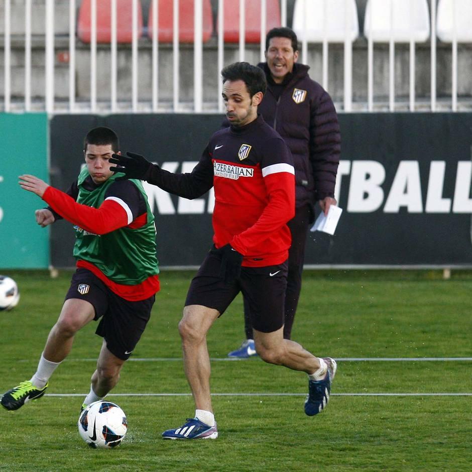 Juanfran y Sillero disputan un balón en el entrenamiento vespertino del miércoles 20 de marzo