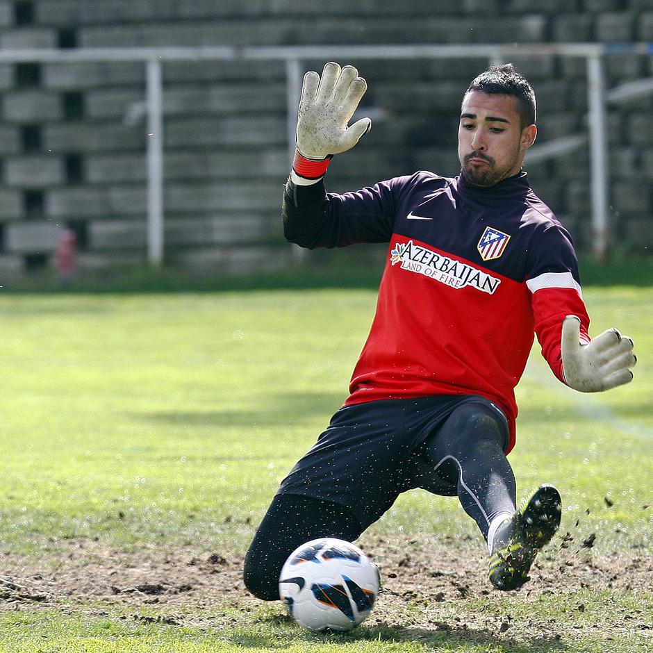 Sergio Asenjo se utiliza los pies para despejar un balón durante un entrenamiento
