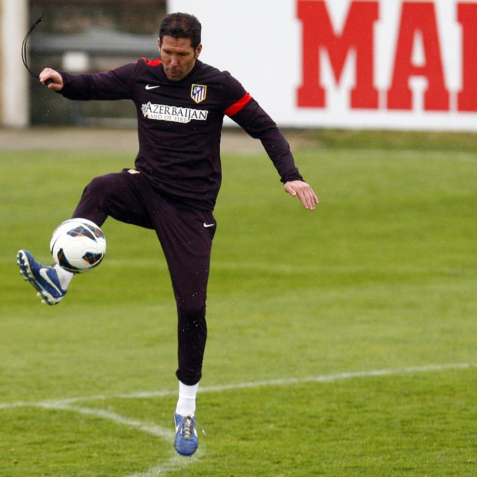 Temporada 12/13. Entrenamiento, Simeone controlando un balón en el entrenamiento en la Ciudad Deportiva de Majadahonda