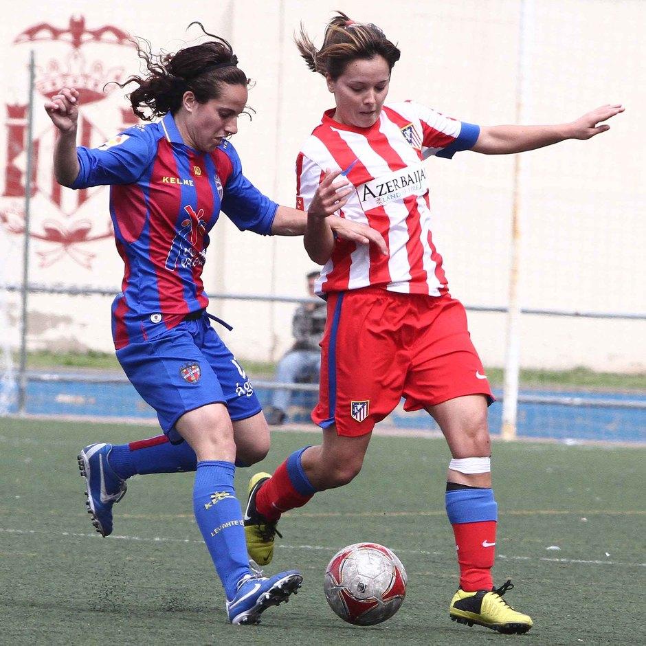 Temporada 2012-2013. Claudia conduce el balón ante Alharilla