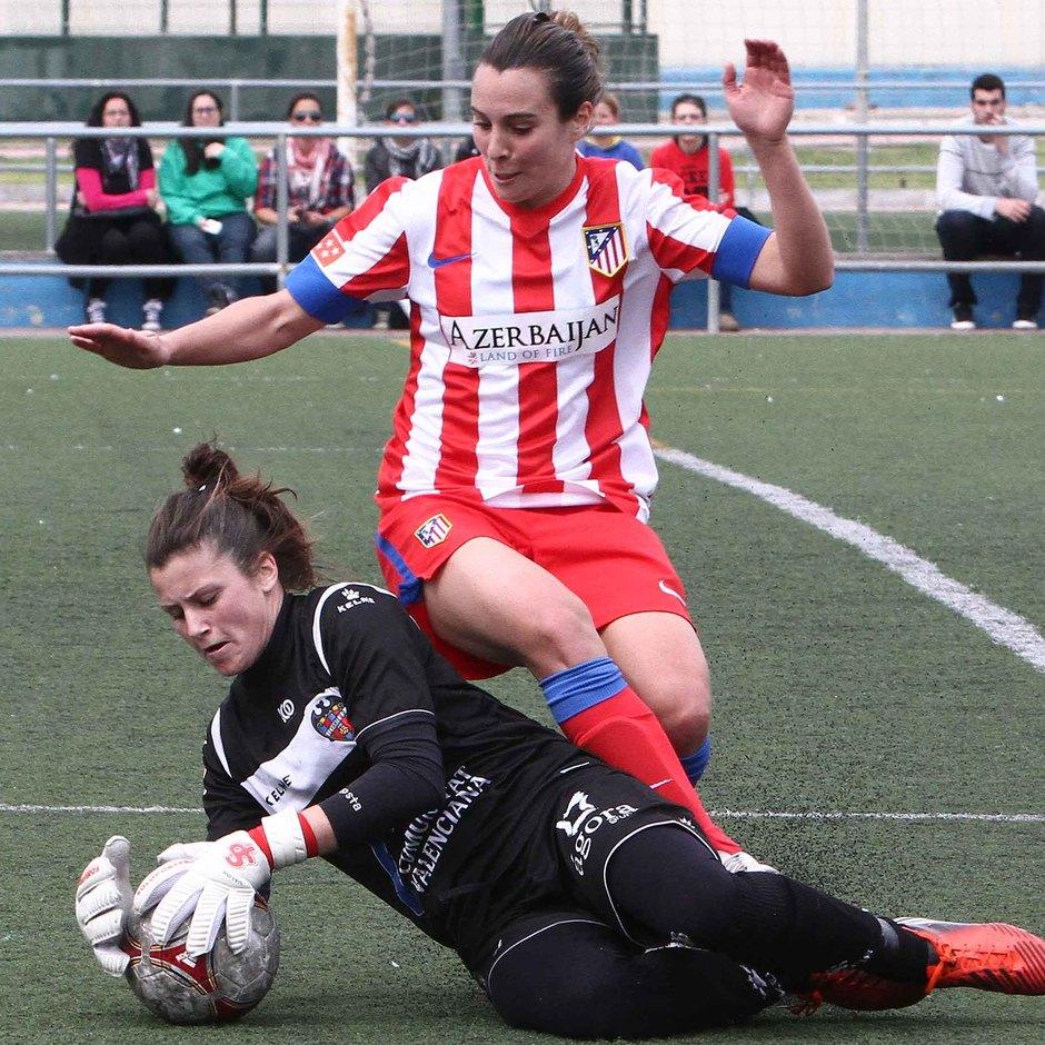 Temporada 2012-2013. Priscila lucha un balón junto a Sandra Paños