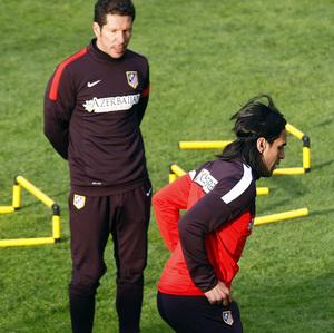 Simeone alienta a Falcao en el entrenamiento de regreso del colombiano de sus compromisos internacionales