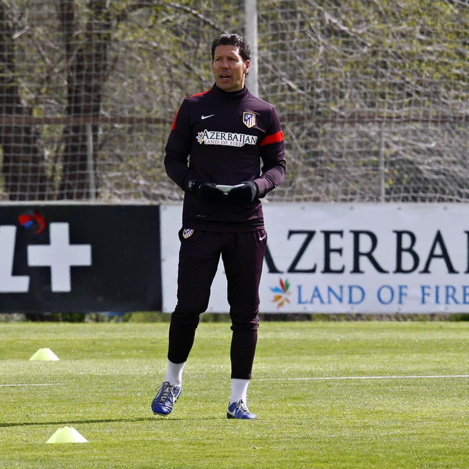 Temporada 12/13. Entrenamiento. Simeone dando ordenes durante el entrenamiento en la ciudad deportiva de Majadahonda