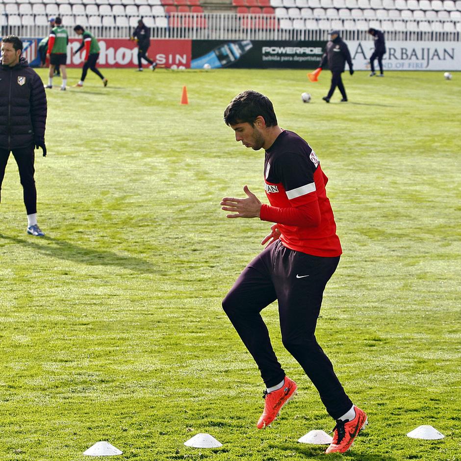 Temporada 12/13. Entrenamiento. Simeone observando a Insúa durante el entrenamiento en la ciudad deportiva de Majadahonda