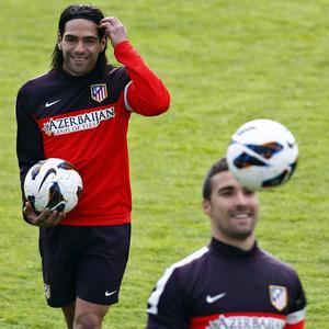 Temporada 12/13. Entrenamiento. Falcao sonríe con el balón en la mano durante el entrenamiento en la ciudad deportiva de Majadahonda