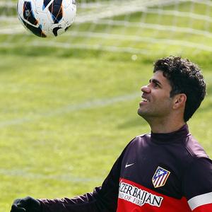 Temporada 12/13. Entrenamiento. Diego Costa controla un balón durante el entrenamiento en la ciudad deportiva de Majadahonda