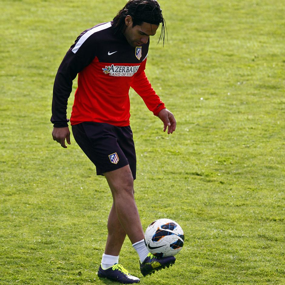 Temporada 12/13. Entrenamiento. Falcao hace toques con el balón durante el entrenamiento en la ciudad deportiva de Majadahonda