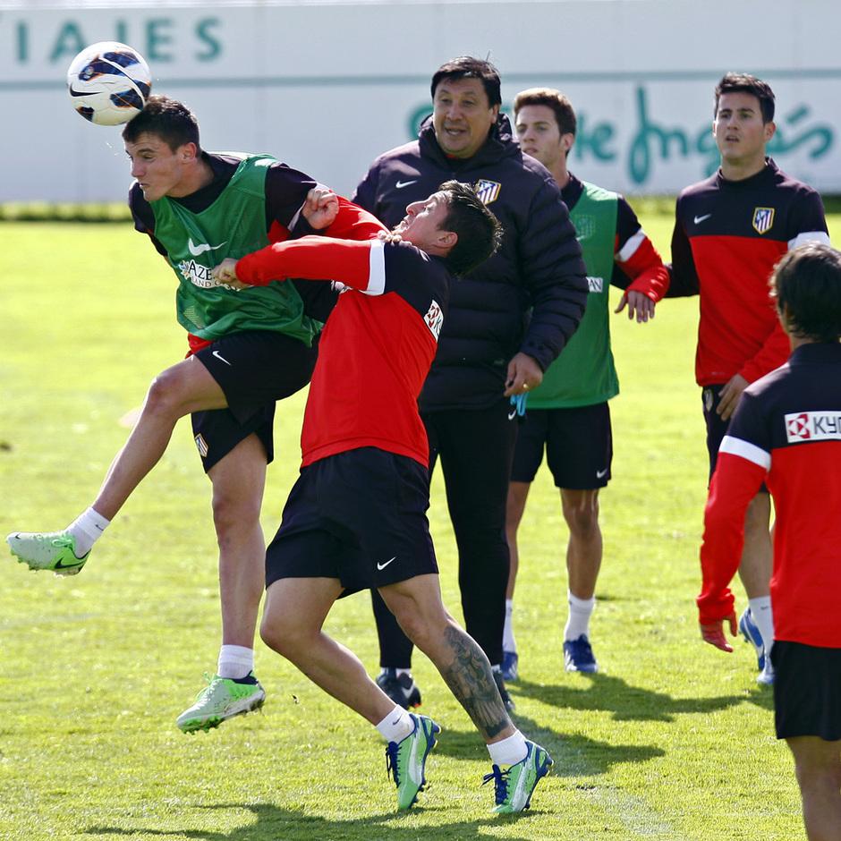 Temporada 12/13. Entrenamiento Saúl y Cristian luchan un balón durante el entrenamiento en el Cerro del Espino