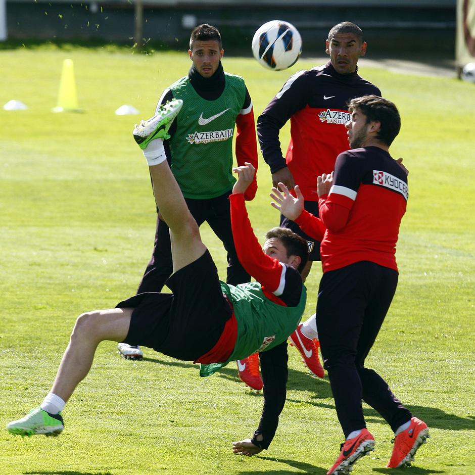 Temporada 12/13. Entrenamiento Saúl golpeando un balón de chilena durante el entrenamiento en el Cerro del Espino