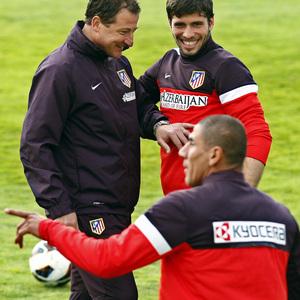 Entrenamiento primer equipo 10/04/2013. Vizcaíno bromea con Insua y Cata Díaz.