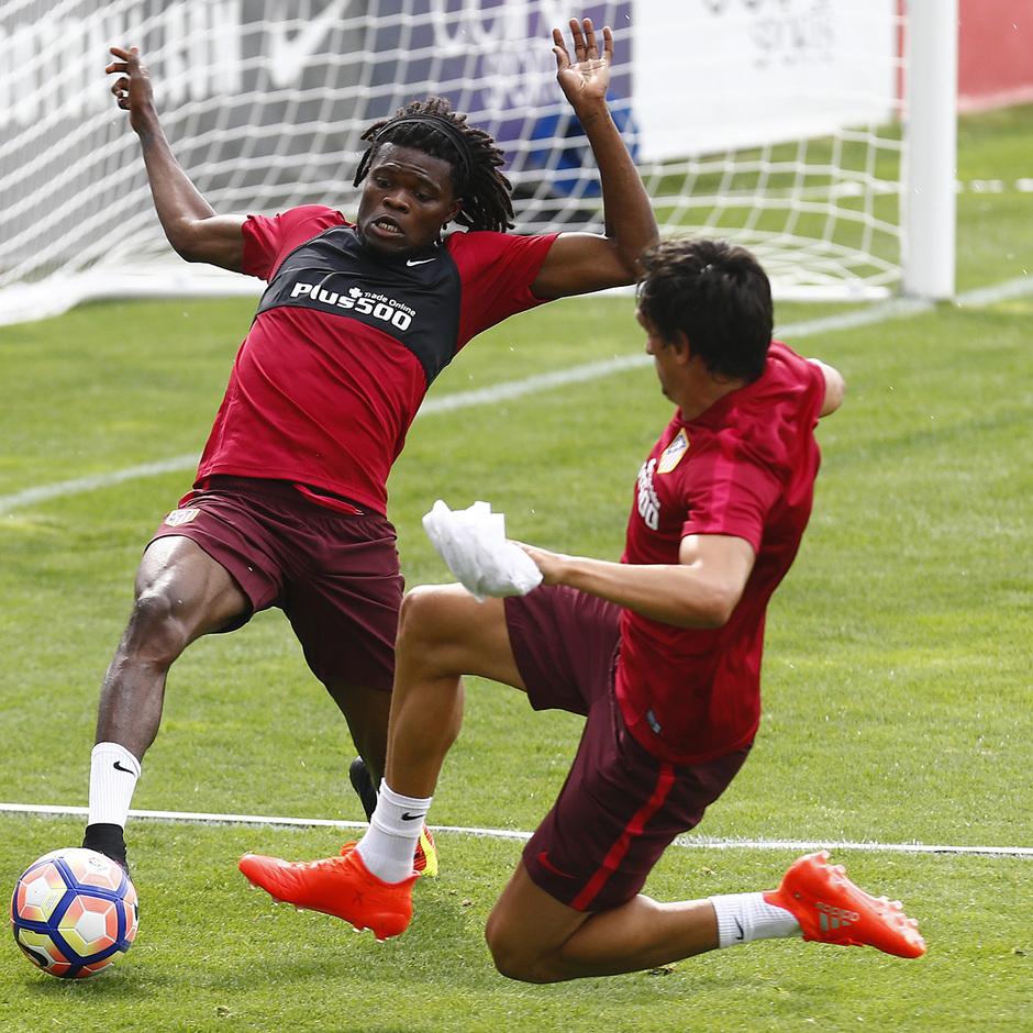 Thomas y Savic disputan un balón en el primer entrenamiento de la pretemporada