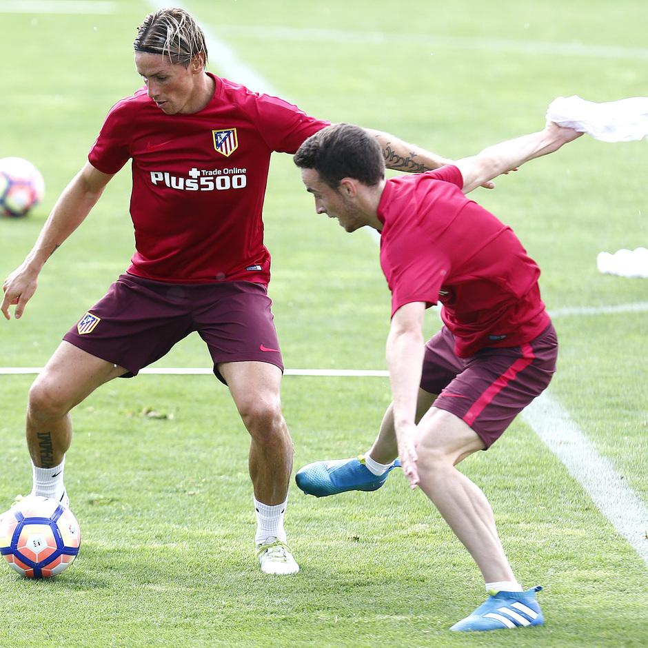 Fernando Torres y Diogo Jota participan en un ejercicio con balón en el entrenamiento