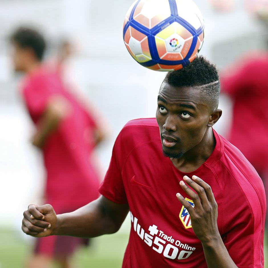 Bernard Mensah golpea el balón con la cabeza en un ejercicio realizado en el campo 1 de la Ciudad Deportiva Wanda