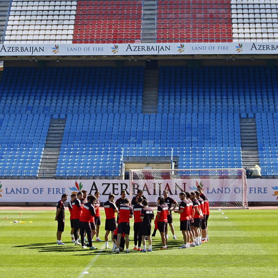 Temporada 12/13. Entrenamiento grupo de jugadores hablando durante el entrenamiento en el estadio Vicente Calderón