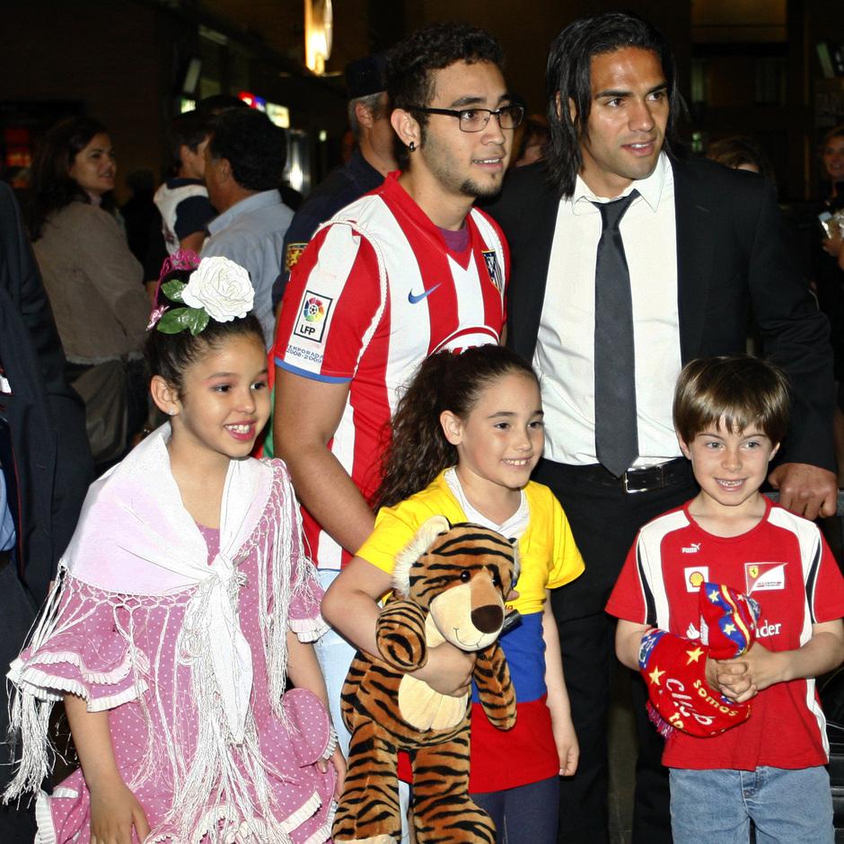 Falcao posa con aficionados sevillanos del Atlético a la llegada al AVE en el partido de Liga ante el Sevilla