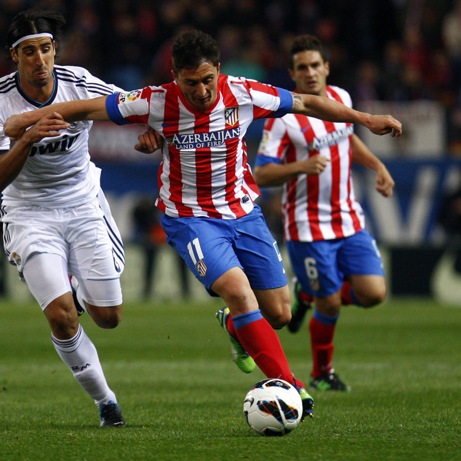 Temporada 12/13. Partido Atlético de Madrid Real Madrid. Cristian Rodríguez con el balón