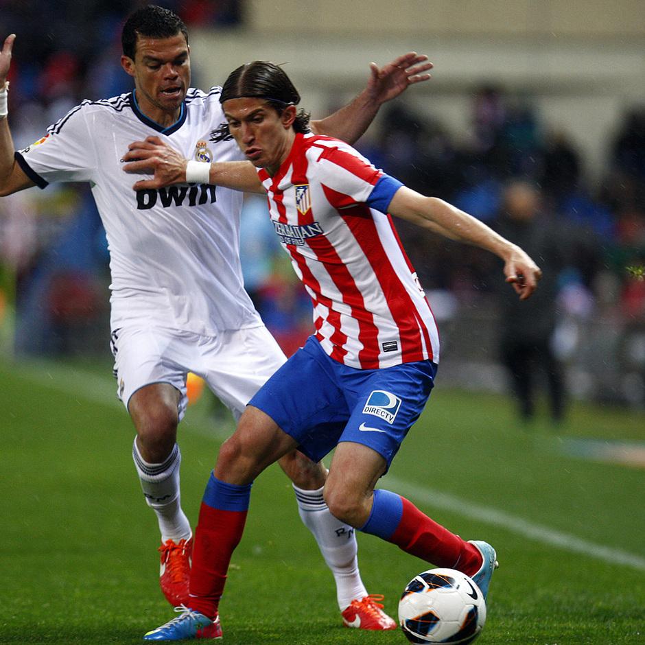 Temporada 12/13. Partido Atlético de Madrid Real Madrid. Filipe luchando un balón