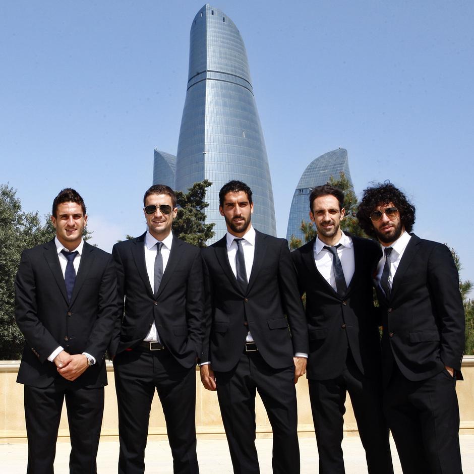 Los jugadores posaron frente a las torres de fuego de Bakú (Azerbaijan)