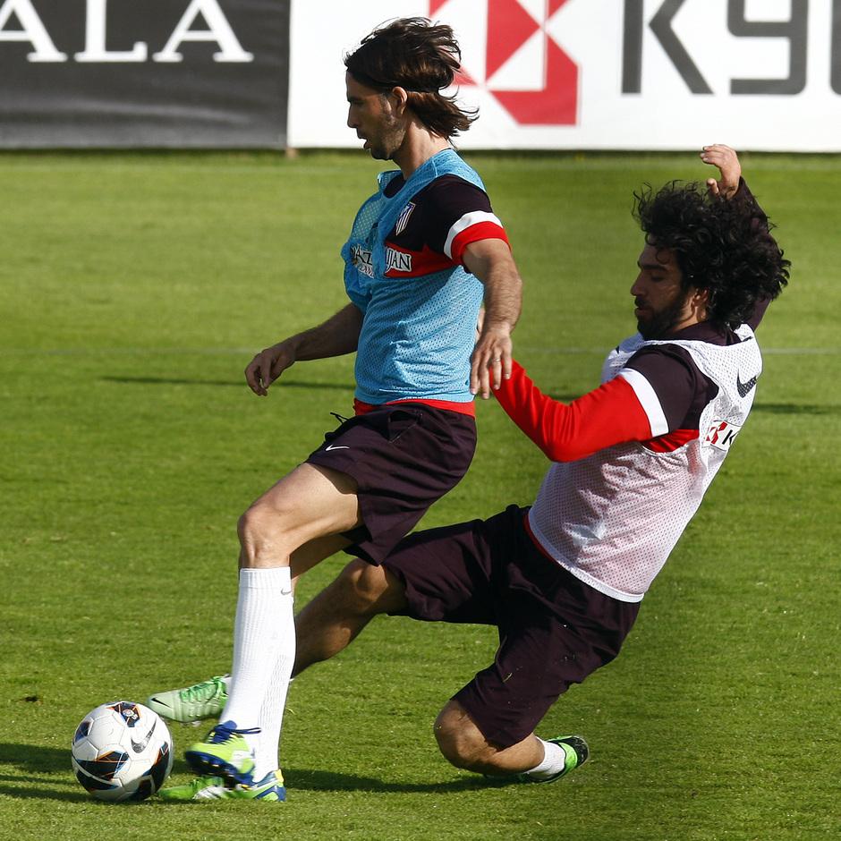 Arda Turan se tira al suelo para tratar de robar la pelota a Domingo Cisma