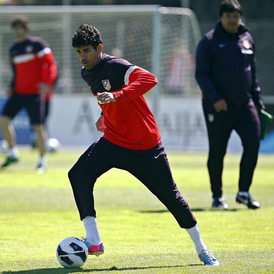 Temporada 12/13. Entrenamiento. Diego Costa realizando ejercicios con balón en la ciudad deportiva de Majadahonda