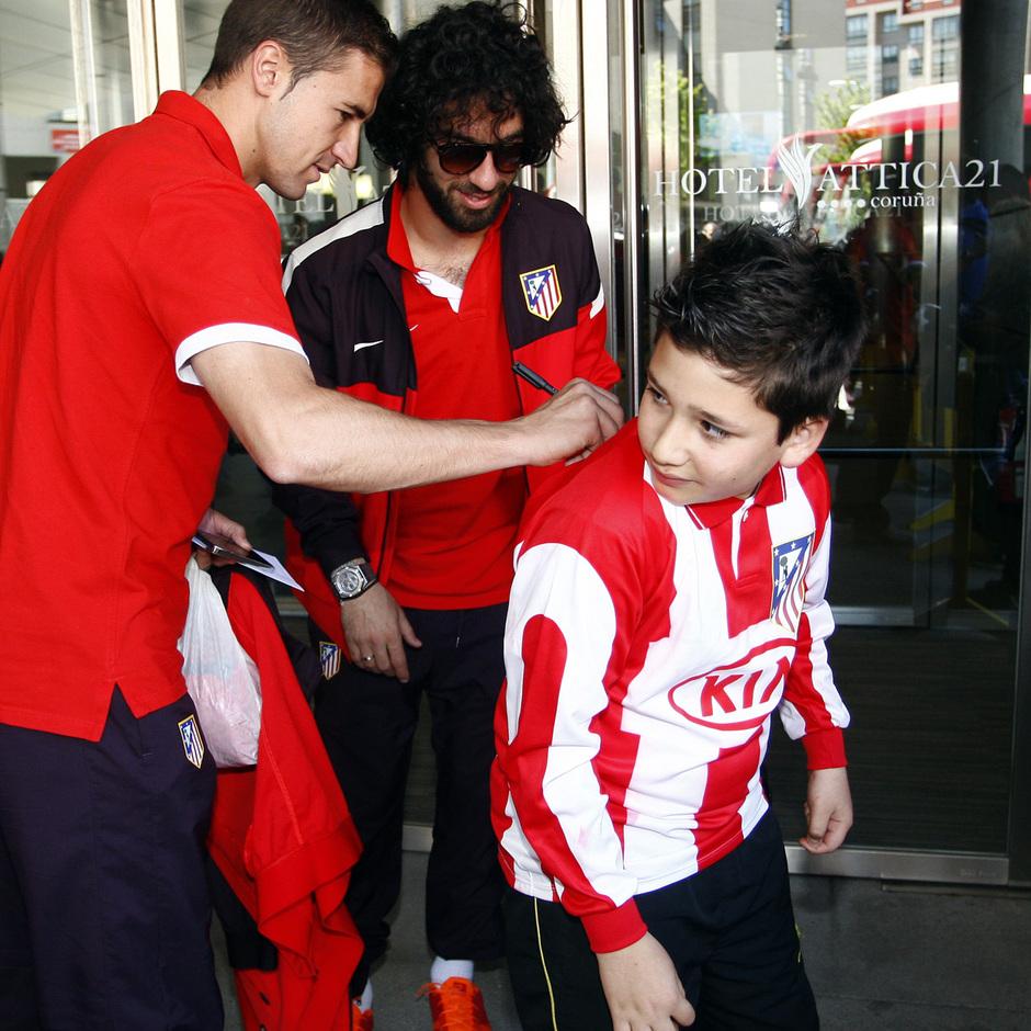Gabi y Arda firman autógrafos a la llegada al hotel de