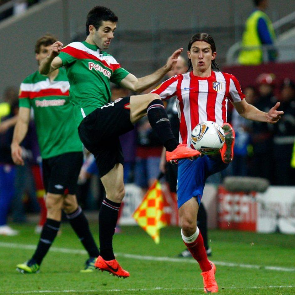 Temporada 2011-2012. Campeones de la Europa LEAGUE. Filipe lucha el balón con Markel Susaeta