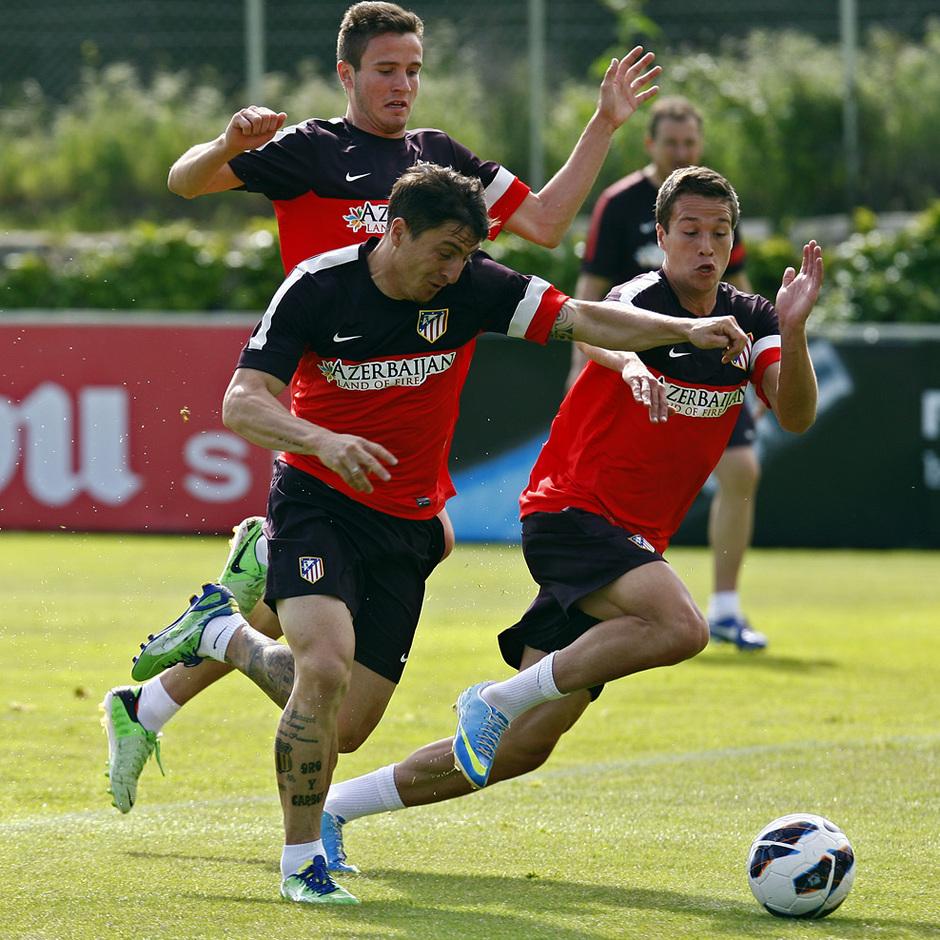 Cristian Rodríguez pelea por la posesión del balón con Manquillo en presencia de Saúl