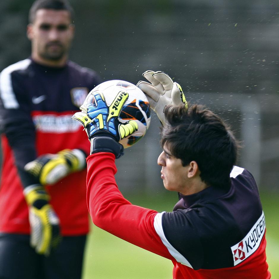 Bounou, portero del Atlético B, realiza una parada en el entrenamiento del primer equipo el jueves 9 de mayo