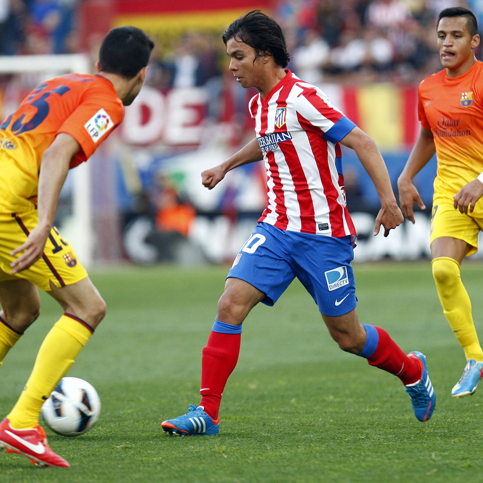Temporada 12/13. Partido Atlético de Madrid - Barcelona. Óliver entre dos contrarios pasando un balón