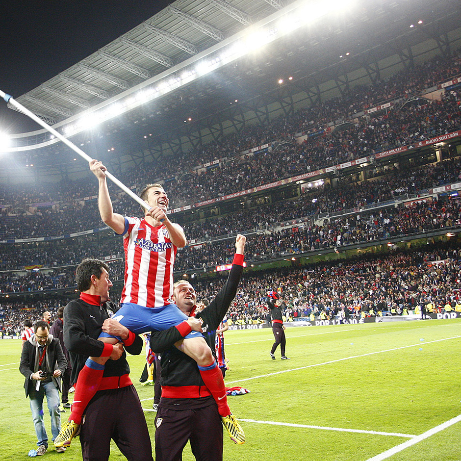 Temporada 12/13. Final Copa del Rey 2012-13. Real Madrid - Atlético de Madrid. Gabi ondea una bandera del atlético.