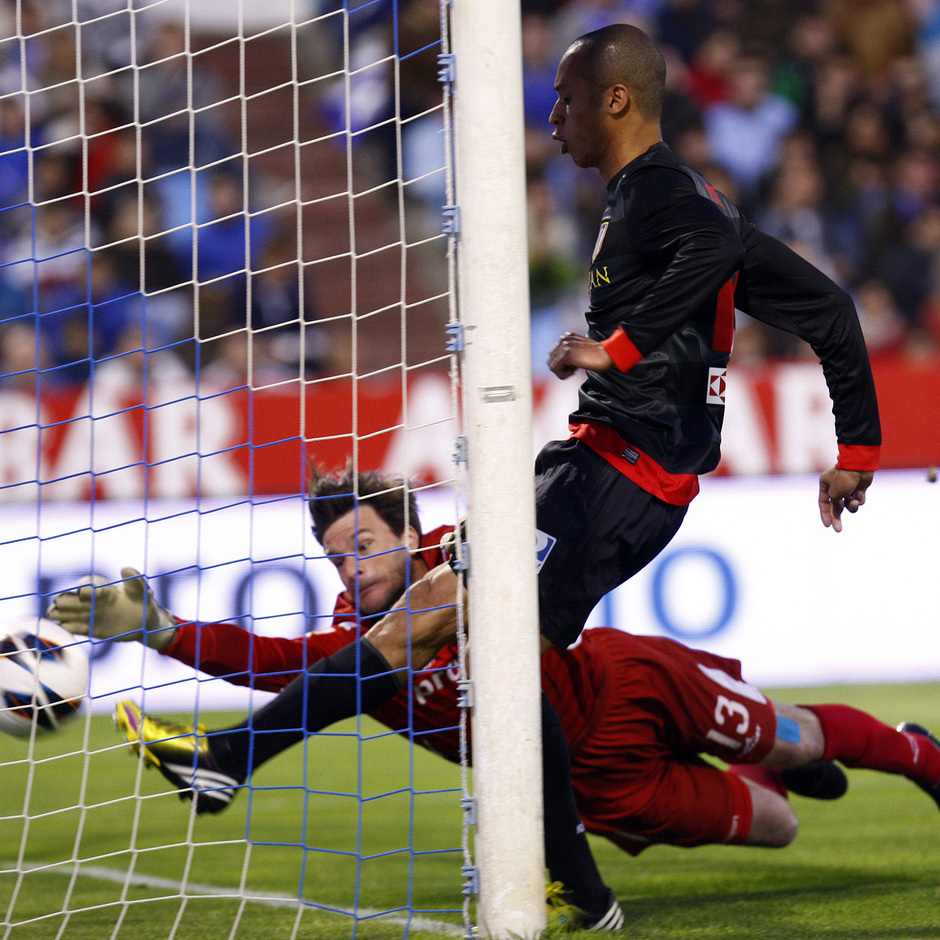 Temporada 12/13. Real Zaragoza - Atlético de Madrid. Joao Miranda supera a Leo Franco pero su gol es anulado por el colegiado.