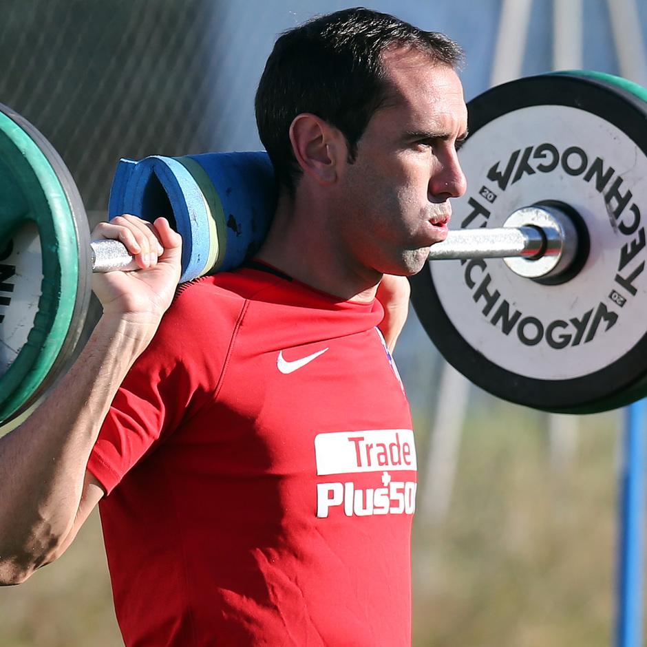 temporada 17/18. Entrenamiento en la ciudad deportiva Wanda.  Godín realizando ejercicios físicos durante el entrenamiento