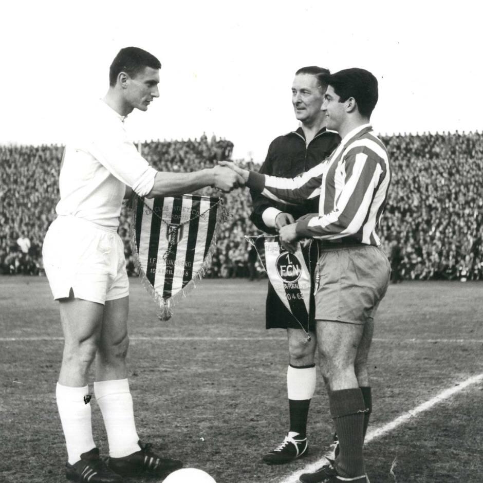Collar, capitán del Atlético de Madrid, intercambia banderín con el capitán del Nuremberg antes de ida de semifinales de la Recopa (10-4-63)