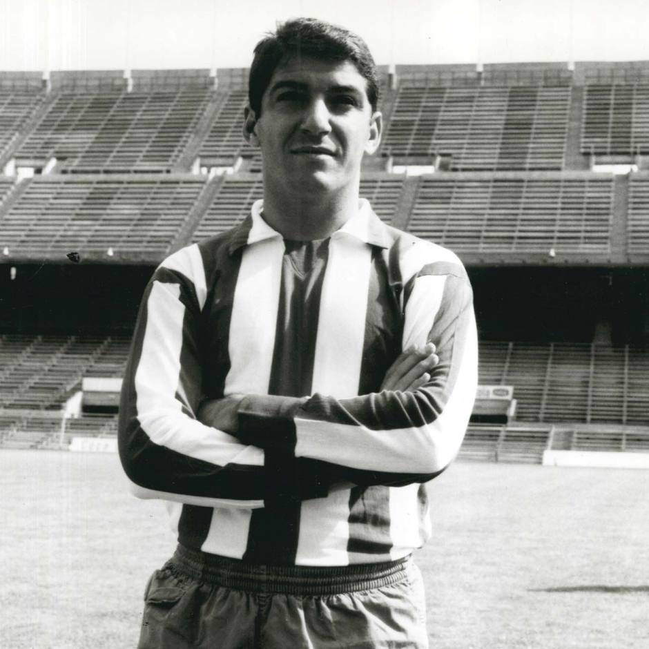 Enrique Collar, en su etapa de jugador, ya en un recién estrenado Estadio Vicente Calderón