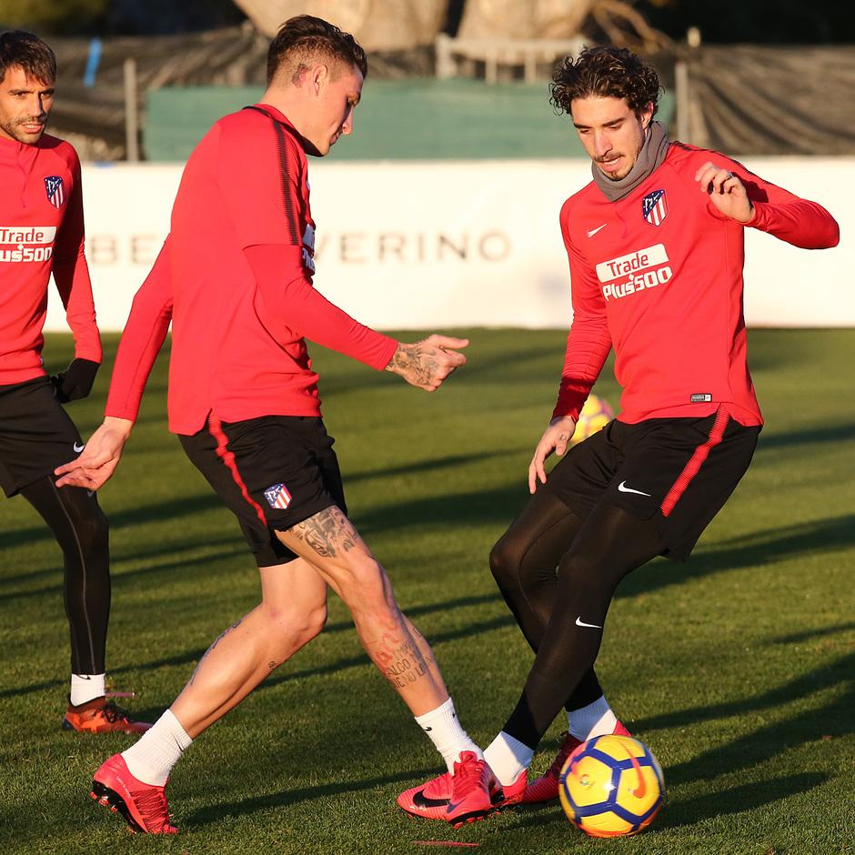temporada 17/18. Entrenamiento en la ciudad deportiva Wanda. Giménez y Vrsaljko realizando ejercicios con balones durante el entrenamiento
