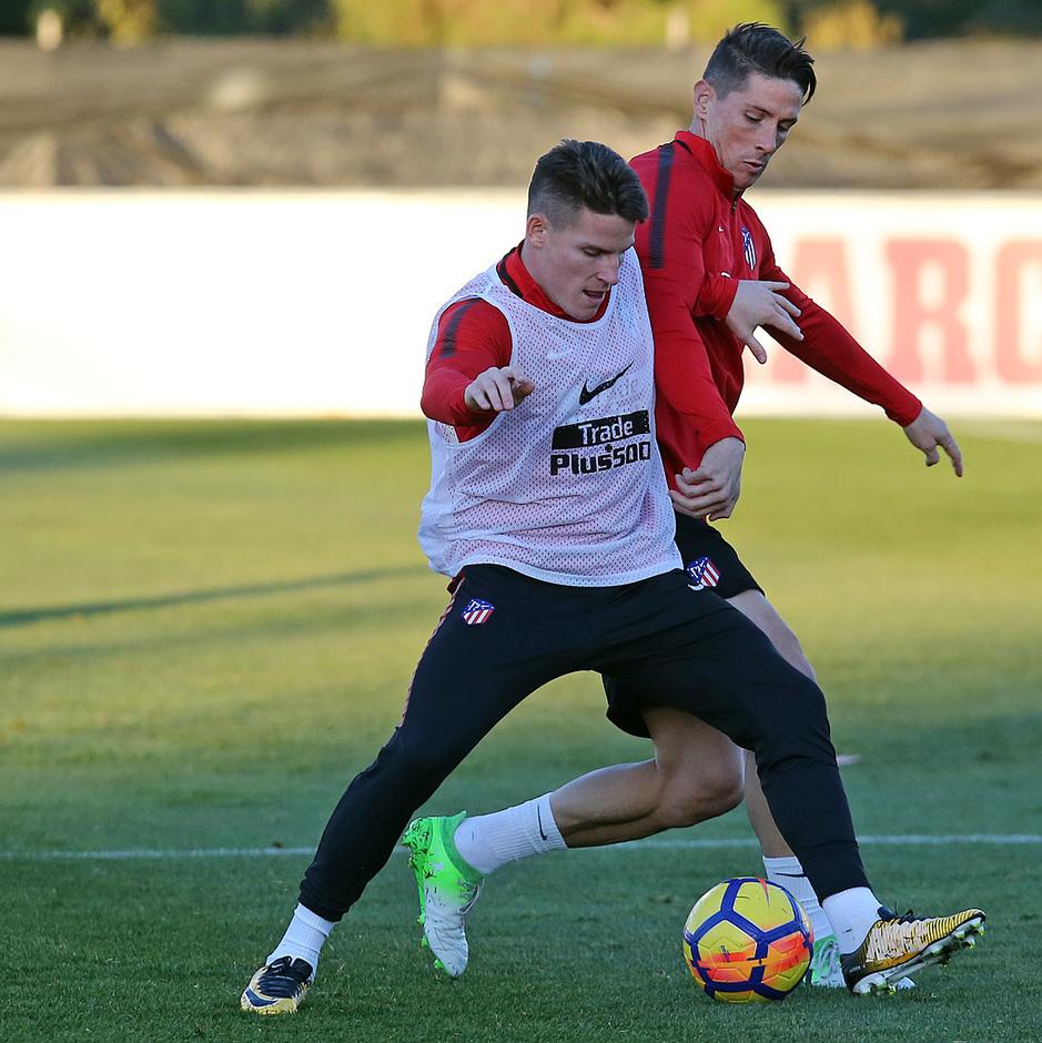 temporada 17/18. Entrenamiento en la ciudad deportiva Wanda. Torres y Gameiro realizando ejercicios con balón durante el entrenamiento