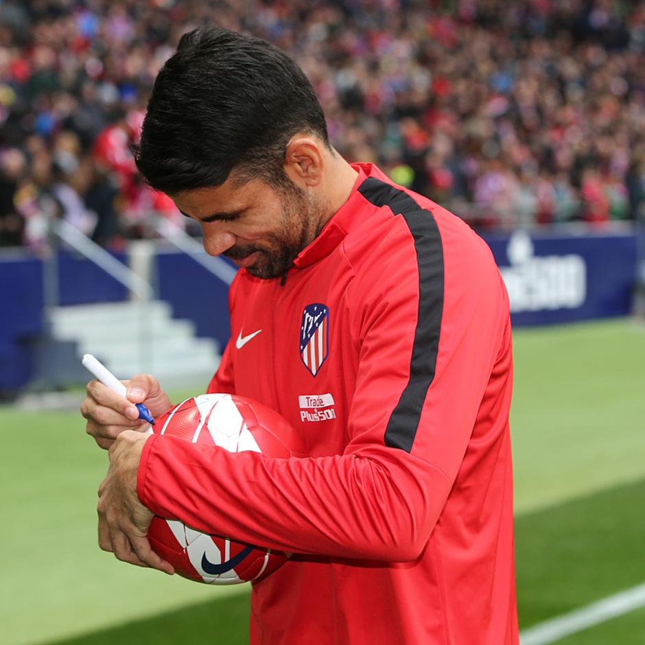 Presentación Diego Costa | Firmando una pelota