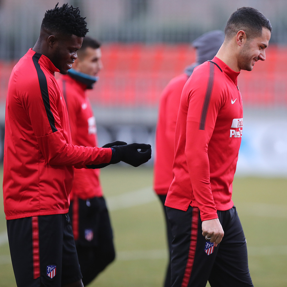 temporada 17/18. Entrenamiento en la ciudad deportiva Wanda. Thomas y Vitolo durante el entrenamiento.