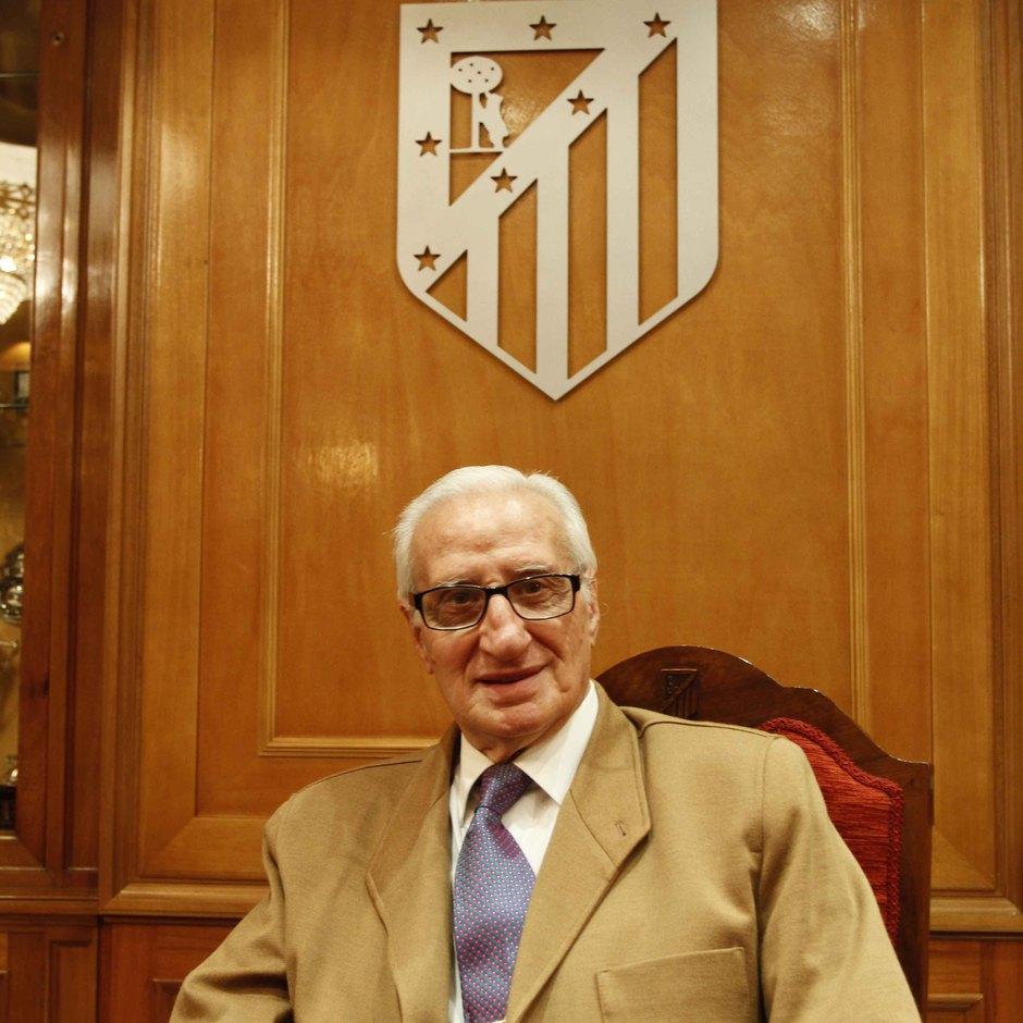 Isacio Calleja posa en la Sala de Juntas del Vicente Calderón