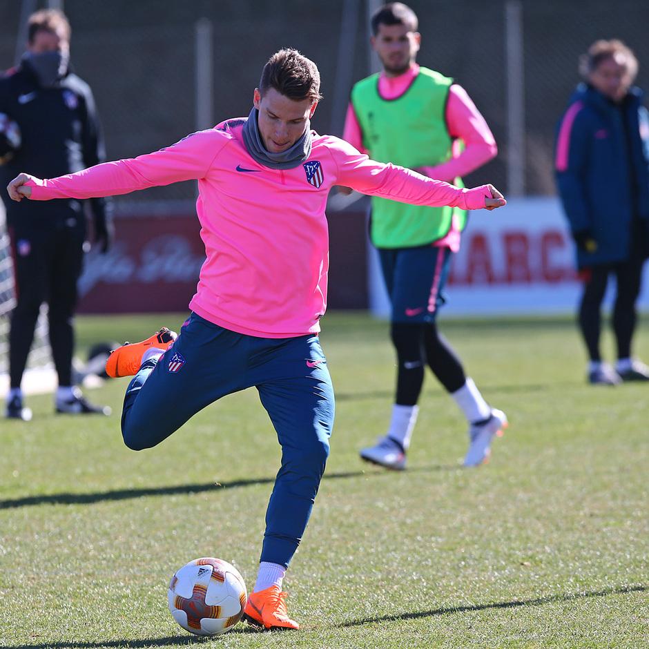 temporada 17/18. Entrenamiento en la ciudad deportiva Wanda previa partido Atlético Copenhague. Gameiro durante el entrenamiento