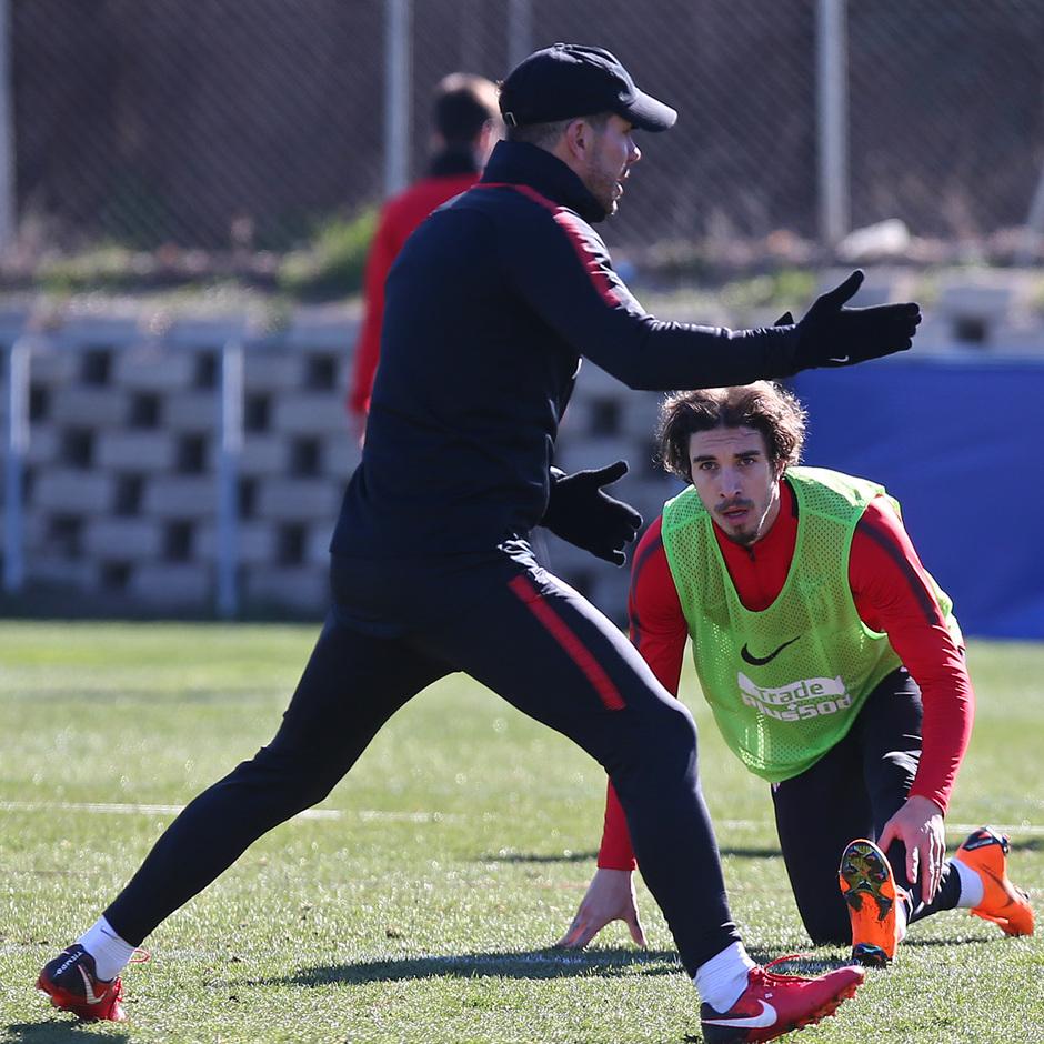 temporada 17/18. Entrenamiento en la ciudad deportiva Wanda. Simeone y Vrsaljko durante el entrenamiento.