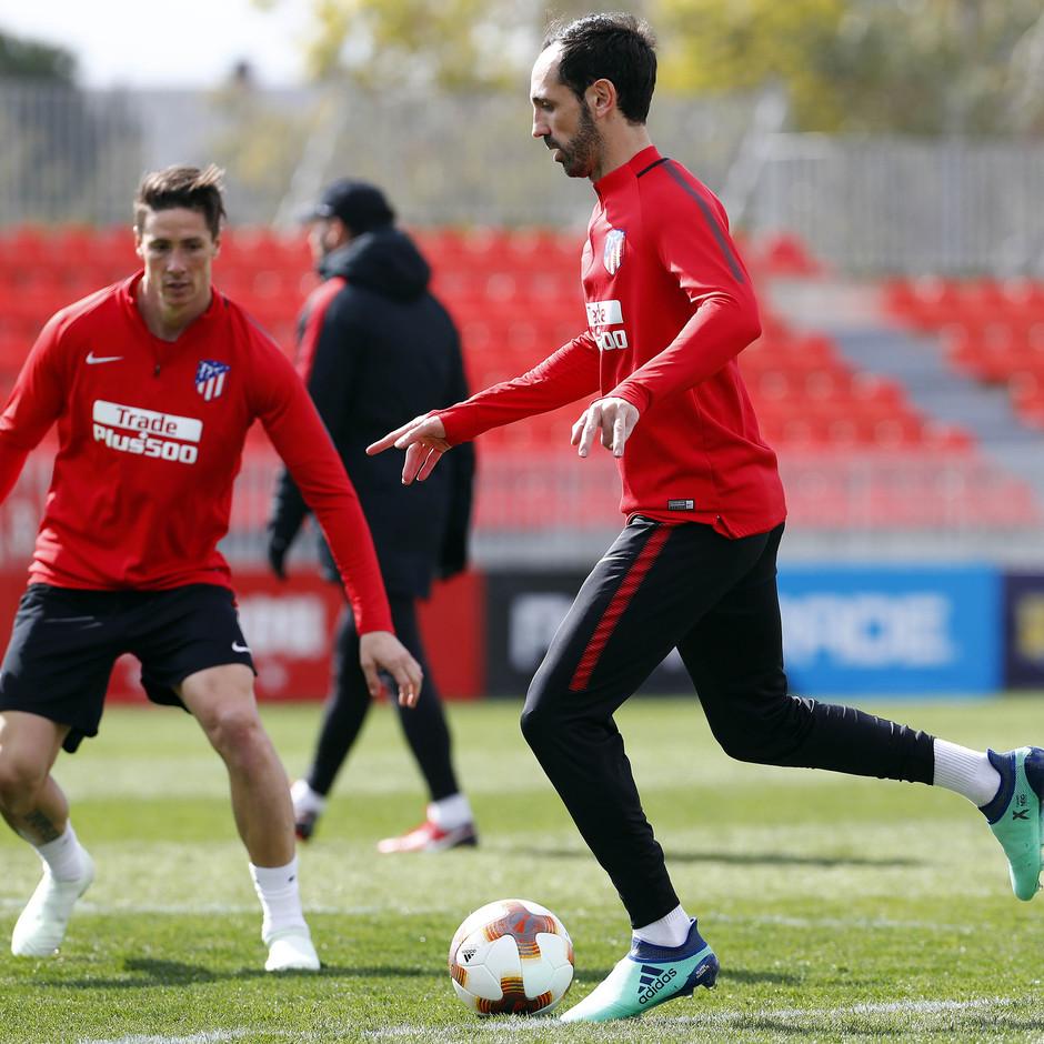 Temporada 17/18. Entrenamiento en la ciudad deportiva Wanda Atlético de Madrid. 03_04_2018. Juanfran da un pase.