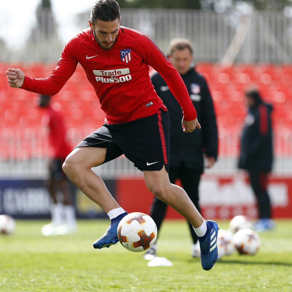 Temporada 17/18. Entrenamiento en la ciudad deportiva Wanda Atlético de Madrid. 03_04_2018. Koke controla un balón.