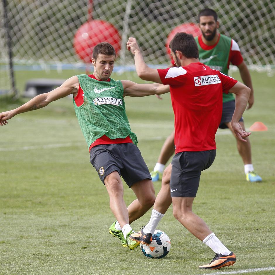 Temporada 13/14. Entrenamiento. Equipo entrenando en los Ángeles de San Rafael, Gabi y Adrián luchando un balón