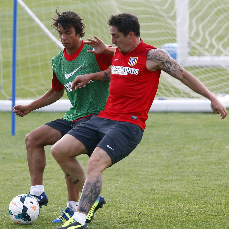 Temporada 13/14. Entrenamiento. Equipo entrenando en los Ángeles de San Rafael, Cristian Rodríguez y Óliver peleando un balón
